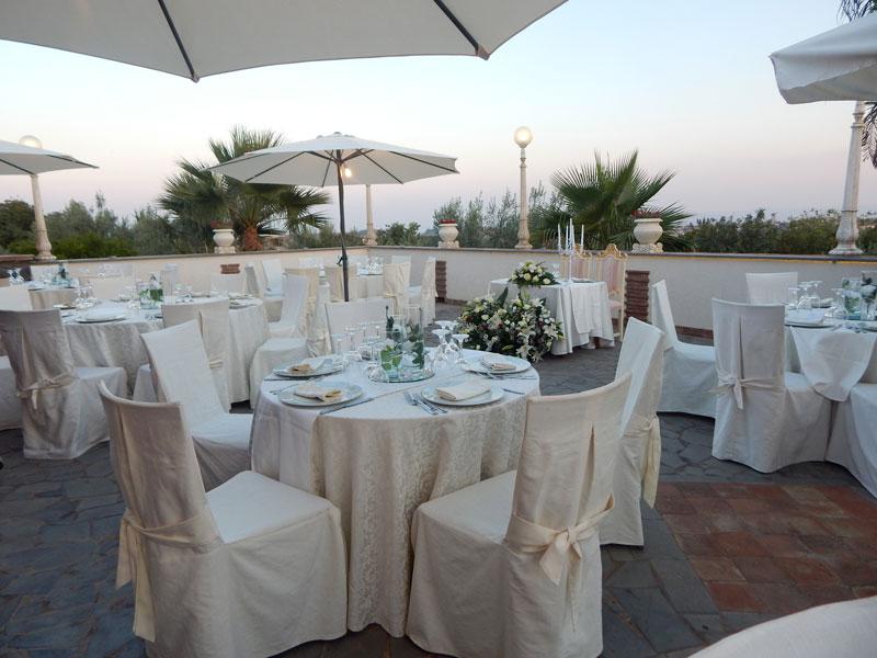 tavoli bianchi in terrazza