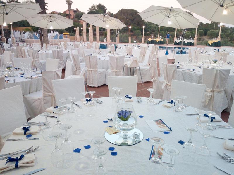 tavoli bianchi petali blu